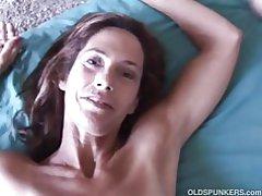 Tenký staršie dieťa má tvrdý penis v jej tesnej kreténi